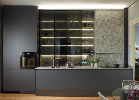 Cocina lineal con gran vitrina, estudio y salón